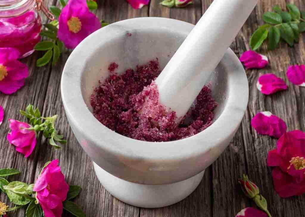 Scrub fatto in casa allo zucchero e petali di rosa