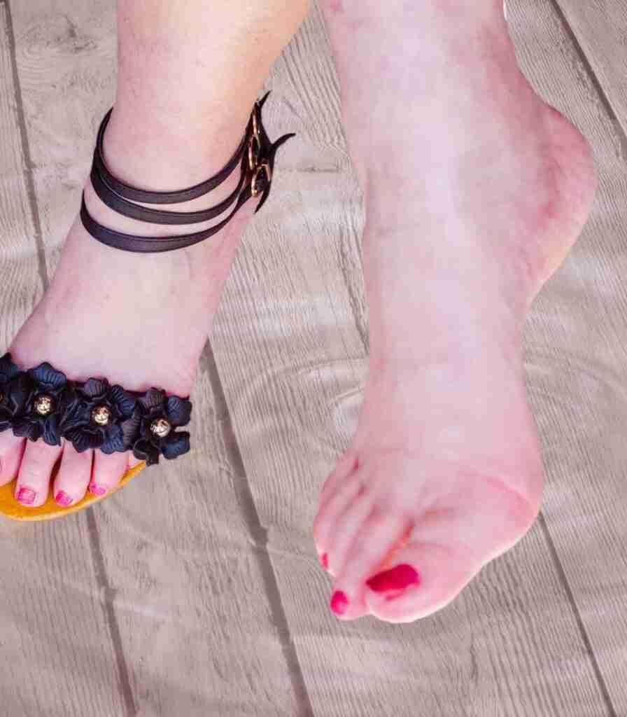 I piedi doloranti sono estremamente fastidiosi ma possono essere trattati con i rimedi naturali.